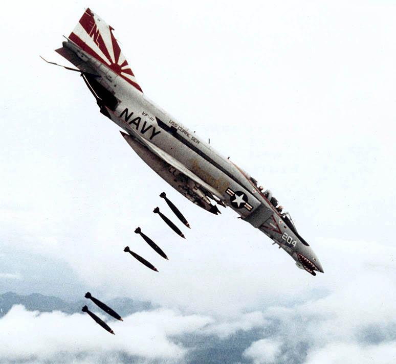 F-4B_dropping_bombs_2.jpg.a5bd1a710b22270e5017ccd46652b657.jpg
